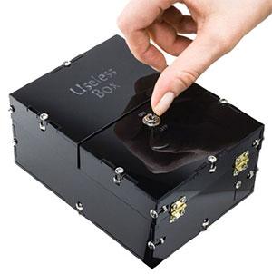 Useless box, la scatola inutile in azione. Premi il pulsante ed esce un altro pulsante che ripreme il pulsante!