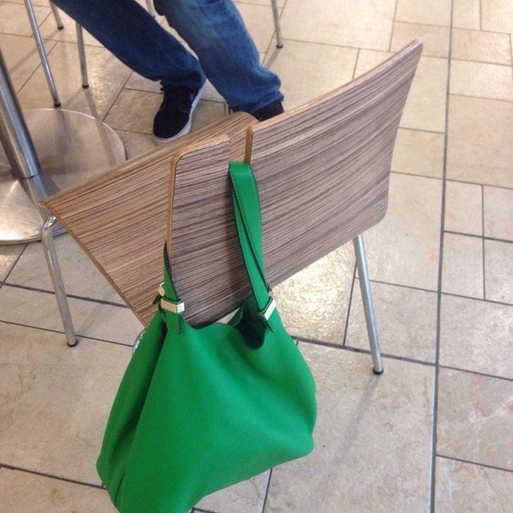 sedia con taglio per non far cadere la borsa