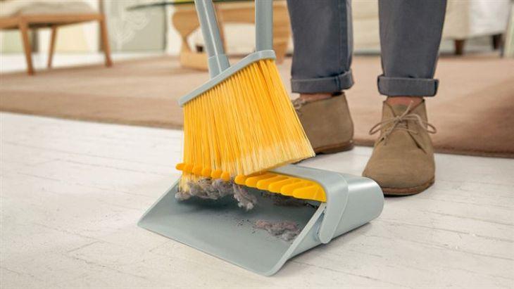 scopa con paletta separa polvere e sporcizia